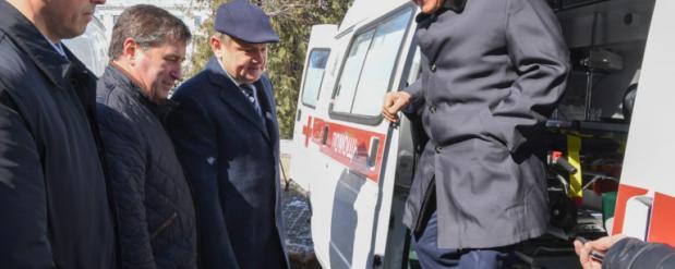 Минниханов вручил ключи от 50 новых автомобилей скорой помощи
